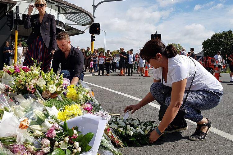 Warga kota Christchurch, Selandia Baru meletakkan karangan bunga untuk mengungkapkan rasa duka terkait penembakan masjid yang menewaskan 49 orang pada Jumat (15/3/2019).