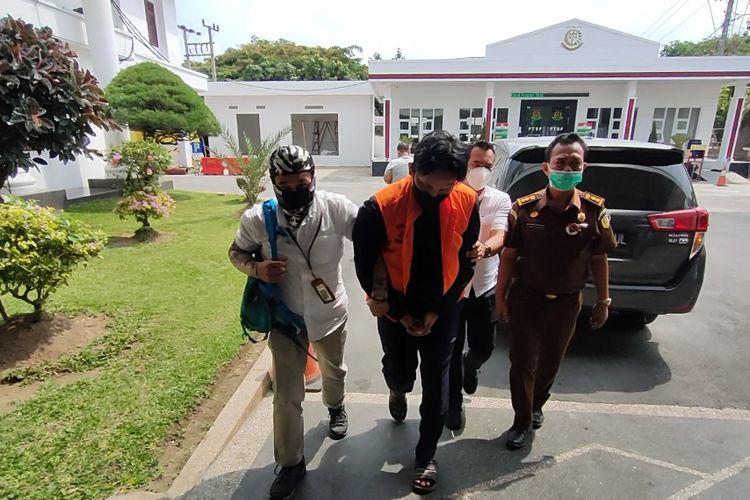 Seorang mantan pegawai BRI Cabang Kabanjahe ditangkap petugas Kejati Sumut karena menilap uang nasabah.