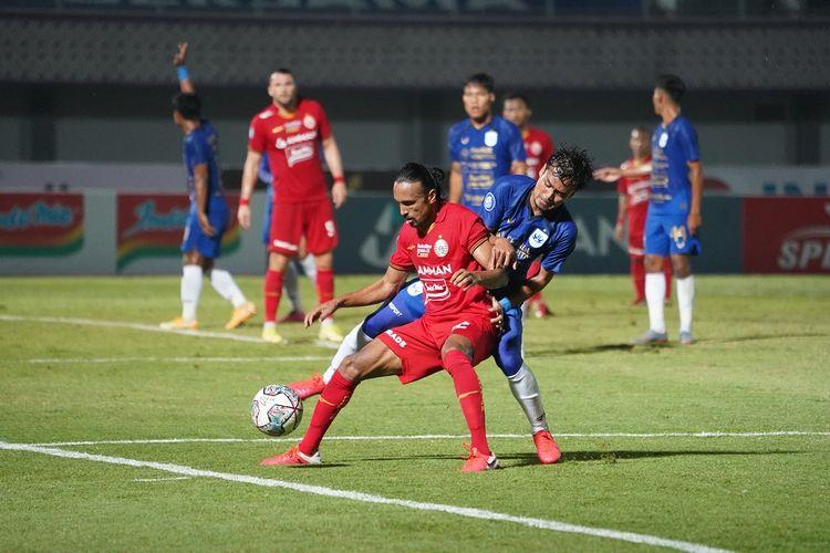Pemain Persija, Rohit Chand, berduel dengan pemain PSIS Semarang dalam pertandingan pekan kedua Liga 1 2021 di Indomilk Arena, Minggu (12/9/2021) malam WIB.