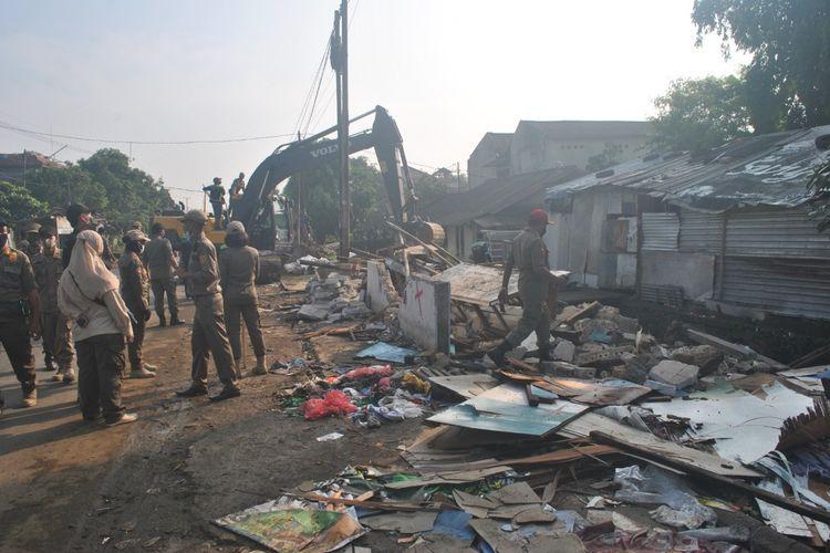 Sejumlah Satpol PP membongkar 153 bangunan di Kabupaten Bogor, Jawa Barat, Jumat (18/6/2021).