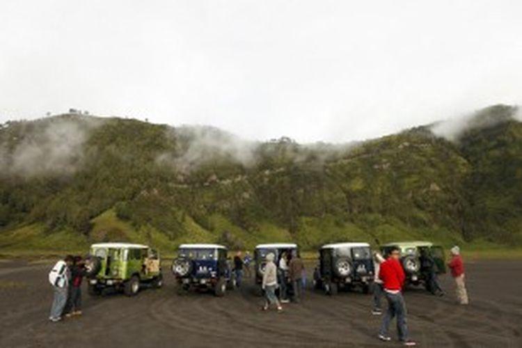 Sejumlah jeep mengantar wisatawan di kawasan wisata Taman Nasional Bromo Tengger Semeru, Jawa Timur, Sabtu (17/12/2011). Setelah sempat sepi wisatawan selama kurang lebih 6 bulan akibat erupsi Gunung Bromo, Pariwisata di kawasan ini kembali hidup. Untuk menyewa jeep wisatawan harus mengeluarkan biaya Rp 450.000.