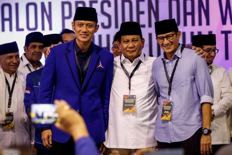 Pasangan calon presiden dan wakil presiden Prabowo Subianto (tengah) dan Sandiaga Uno (kanan) berfoto bersama Komandan Komando Satuan Tugas Bersama (Kogasma) Partai Demokrat Agus Harimurti Yudhoyono seusai mendaftarkan dirinya di Gedung KPU RI, Jakarta, Jumat (10/8/2018). Pasangan Prabowo-Sandi yang secara resmi mendaftar sebagai calon presiden dan wakil presiden tahun 2019-2024.