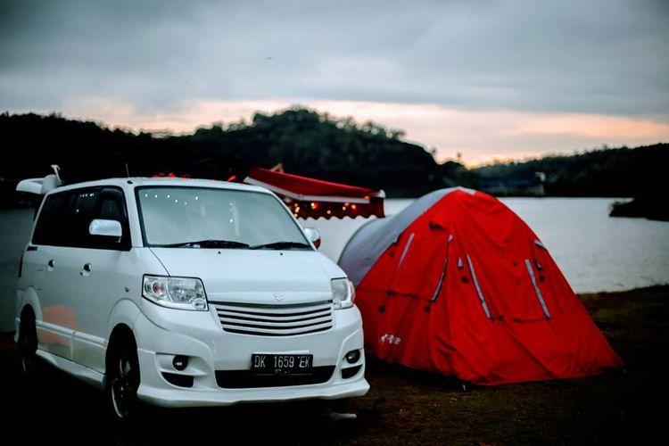 Camper van dengan tenda di sebelah mobil untuk camper van dari Gila Nusantara