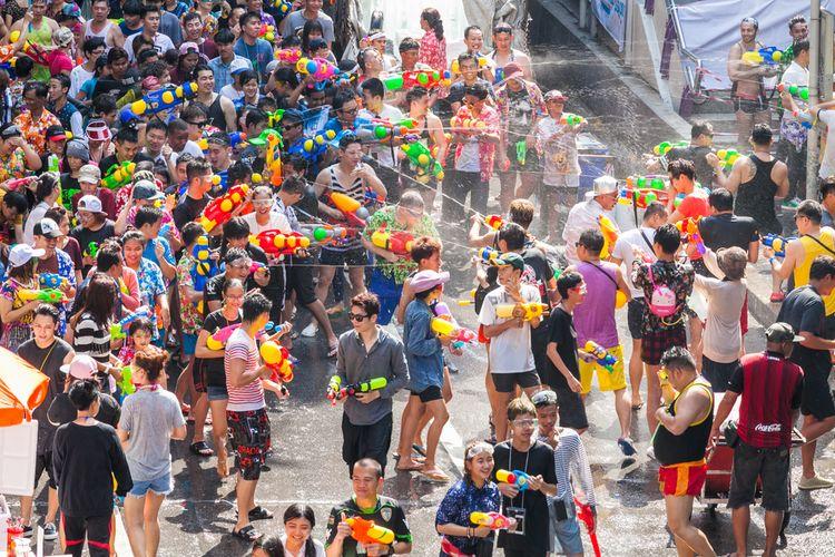 Festival Songkran di Silom, salah satu pesta perang air populer selama Songkran di Bangkok.