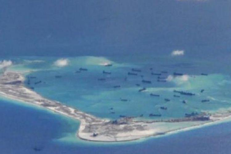 Kapal China tampak melakukan upaya reklamasi di sebuah pulau karang di Laut China Selatan