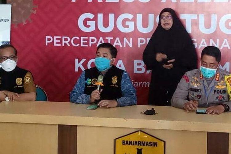 Wali Kota Banjarmasin, Ibnu Sina (tengah) memberikan keterangan pers terkait persiapan Banjarmasin memberlakukan PSBB, Senin (20/4/2020) siang.