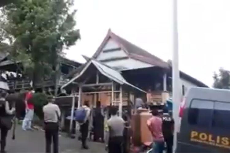 Proses evakuasi kerasukan massal berujung maut di Kabupaten Bantaeng, Sulawesi Selatan. Sabtu, (9/5/2020).