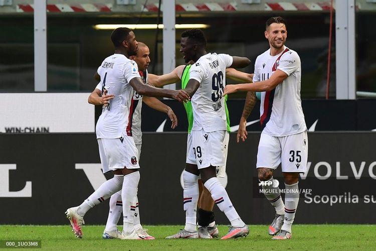 Pemain depan Gambian Bologna Musa Barrow (C) merayakan dengan rekan satu timnya setelah mencetak gol kedua timnya selama pertandingan sepak bola Serie A Italia antara Inter Milan dan Bologna bermain secara tertutup pada 5 Juli 2020 di stadion Giuseppe-Meazza San Siro di Mil