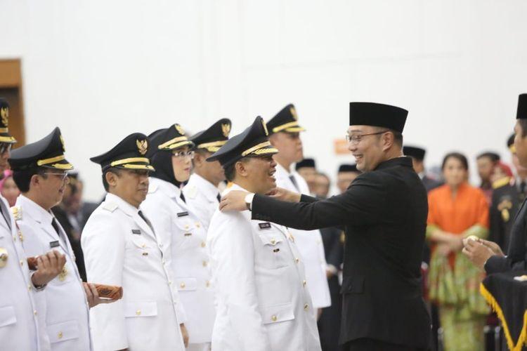 Gubernur Jabar Ridwan Kamil saat melantik Oded M Danial sebagai Wali Kota Bandung, di Gedung Merdeka, Jalan Asia Afrika, Kamis (20/9/2018). Oded merupakan pasangan Ridwan Kamil saat menjadi orang nomor satu di Bandung periode 2013-2018.