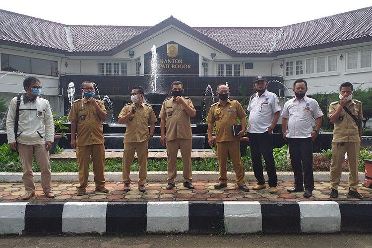 Sejumlah kepala desa yang tergabung dalam Asosiasi Pemerintah Desa Seluruh Indonesia (Apdesi) Kabupaten Bogor, mendatangi kantor bupati untuk memperbaiki data penyaluran tiga sumber bansos, Rabu (29/04/2020).