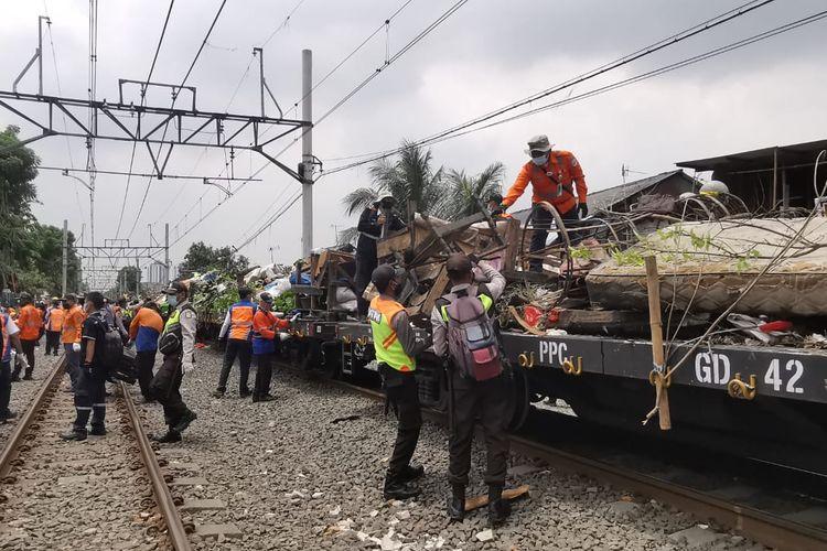 Penertiban lapak sejumlah pedagang yang berada di area steril jalur rel kereta api di kawasan Pasar Gaplok, Jakarta Pusat, pada Rabu (3/1/2021).