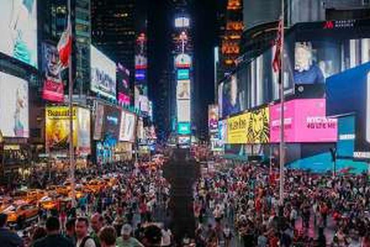 Daerah Times Square di kota New York, AS, dipadati oleh billboard elektronik aneka jenis dan ukuran sehingga waktu malam hari pun terang benderang.