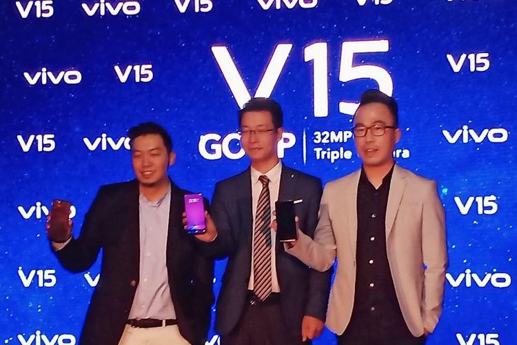 Ilustrasi peluncuran Vivo V15 bersama tiga petinggi Vivo Ket. Foto (ki-ka): Yoga Samiaji (Senior Product Manager Vivo Mobile Indonesia), Allan Feng (CEO Vivo Mobile Indonesia), Edy Kusuma (General Manager for Brand and Activation Vivo Indonesia)