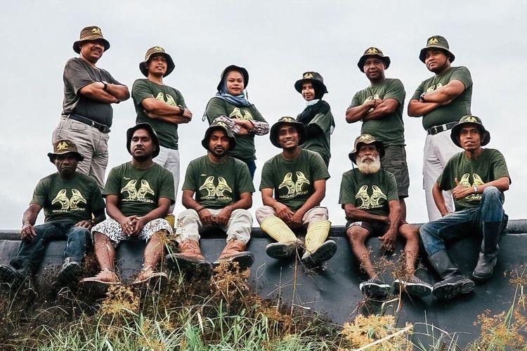 Perkumpulan ?Nagae Anomo? atau ?Sahabat Alam? yang ada di Sorong Selatan, Papua Barat. Kelompok ini terbentuk berkat program PENDAKI ANJ. Bersama, mereka menjalin kerja sama dan memberikan edukasi kepada pemangku kepentingan serta masyarakat lokal mengenai pentingnya perlindungan dan pelestarian satwa liar.