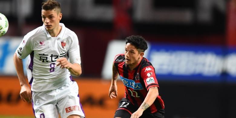 Aksi Irfan Bachdim bersama Consadole Sapporo pada pertandingan J2 League.