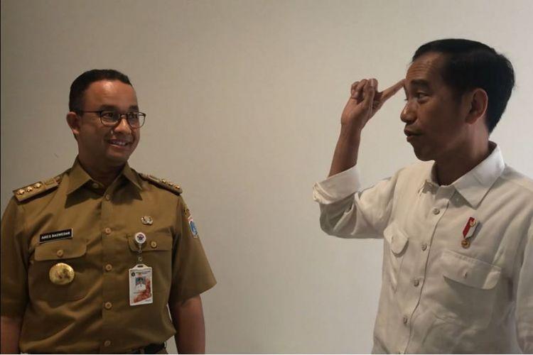 Presiden Joko Widodo sedang berbincang dengan Gubernur DKI Jakarta Anies Baswedan di sela meninjau pembangunan Wisma Atlet Kemayoran, Jakarta Pusat, Senin (26/2/2018).