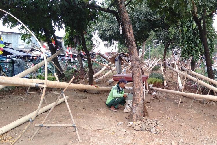 Penjual batang pohon pinang untuk lomba 17 Agustus. Mereka berjualan di kawasan Manggarai, Jakarta Selatan, Jumat (16/8/2019)