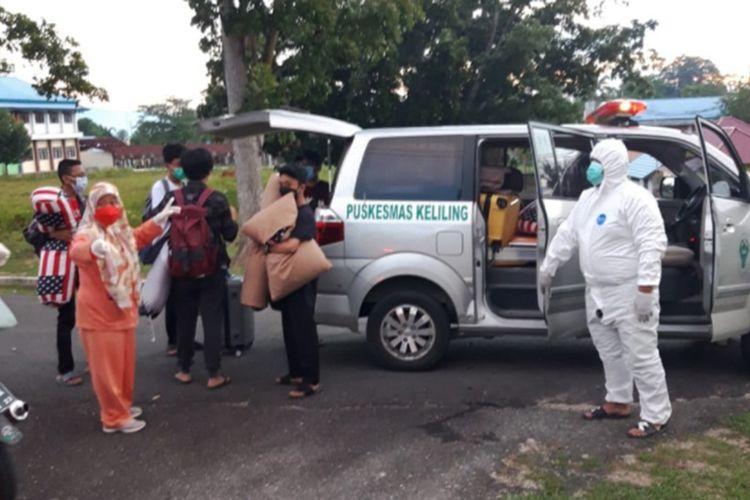 Satuan Tugas Covid-19 menjemput siswa MAN Insan Cendekia Gorontalo yang terpapar virus Corona untuk dibawa ke lokasi isolasi.