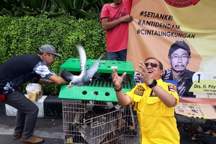 Priyo Budi Santoso, Caleg Partai Berkarya Lepas Ribuan Merpati di Bundaran Waru Surabaya, Senin (1/4/2019)