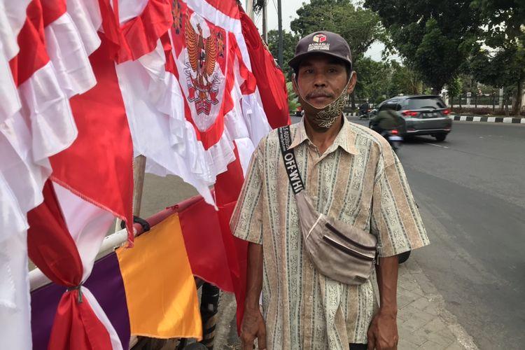 Surjana (72), penjual bendera Merah Putih di pinggir Jalan Raya Lenteng Agung, Jagakarsa, Jakarta. Surjana mulai berjualan bendera Merah Putih sejak ia berumur 10 tahun.