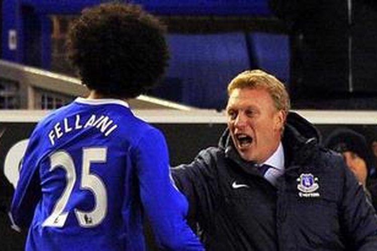Manajer Everton dari Skotlandia, David Moyes (kanan), gelandang Marouane Fellaini (kiri).