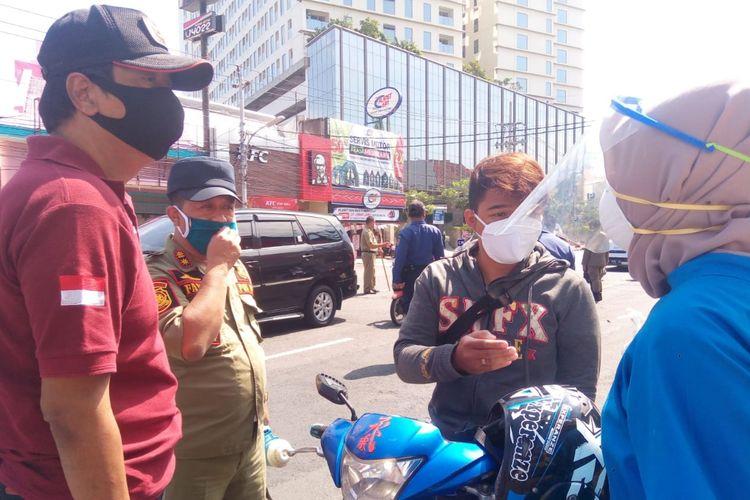 Petugas Satpol PP dan tim kesehatan saat melaksanakan PKM di Kota Semarang, Senin (27/4/2020).