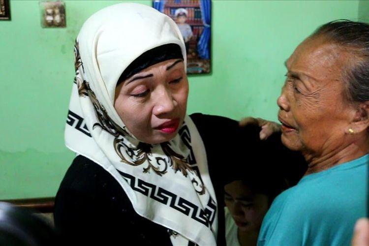 Turini memeluk tetangga usai tiba di rumahnya, di desa Dawuan Kecamatan Plered Kabupaten Cirebon, Senin (22/7/2019).