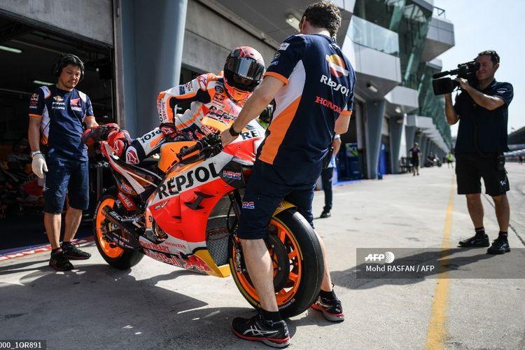 Pebalap MotoGP dari tim Repsol Honda, Marc Marquez, bersiap untuk keluar dari pit pada hari pertama sesi tes pramusim MotoGP di Sirkuit Sepang, 7 Februari 2020.