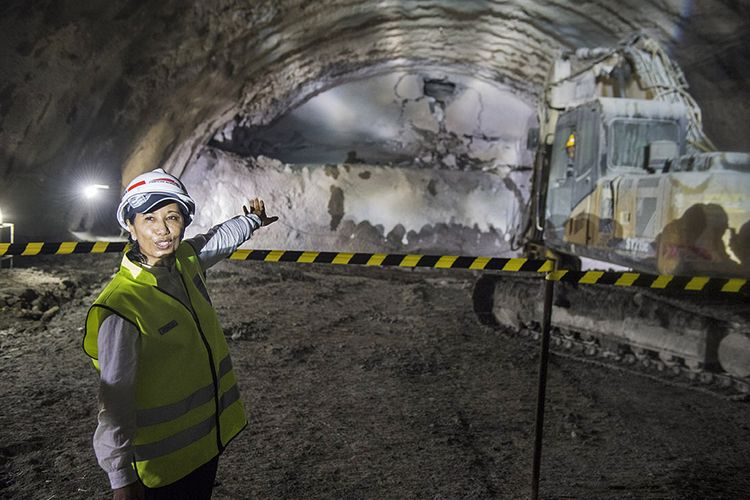 Menteri BUMN Rini Soemarno menyaksikan Tunnel Walini yang berhasil ditembus saat pengerjaan proyek Kereta Cepat Jakarta-Bandung di Kabupaten Bandung Barat, Jawa Barat, Selasa (14/5/2019). Pembangunan Proyek Kereta Cepat Jakarta - Bandung (KCJB) mencapai babak baru setelah Tunnel Walini di Jawa Barat berhasil ditembus yang pengerjaannya dilaksanakan selama 15 bulan, dengan panjang 608 meter menjadi tunnel pertama dari 13 tunnel KCJB lainnya yang berhasil ditembus.