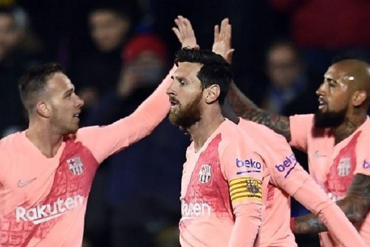 Arthur dan Arturo Vidal merayakan gol Lionel Messi pada pertandingan Getafe vs Barcelona di Coliseum Alfonso Perez dalam lanjutan La Liga Spanyol, 6 Januari 2019.