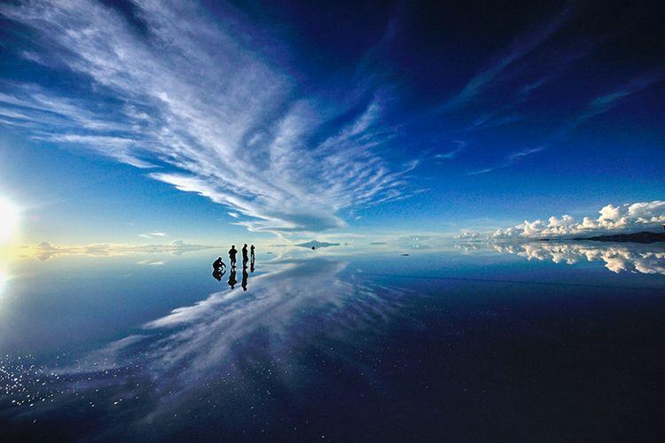 Fenomena cermin langit raksasa di Salar de Uyuni, Bolivia.