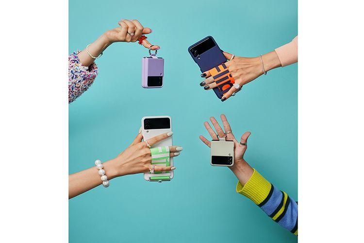 Galaxy Z Flip3 hadir dengan berbagai aksesori tambahan, seperti ring grips dan strap cases yang stylish.