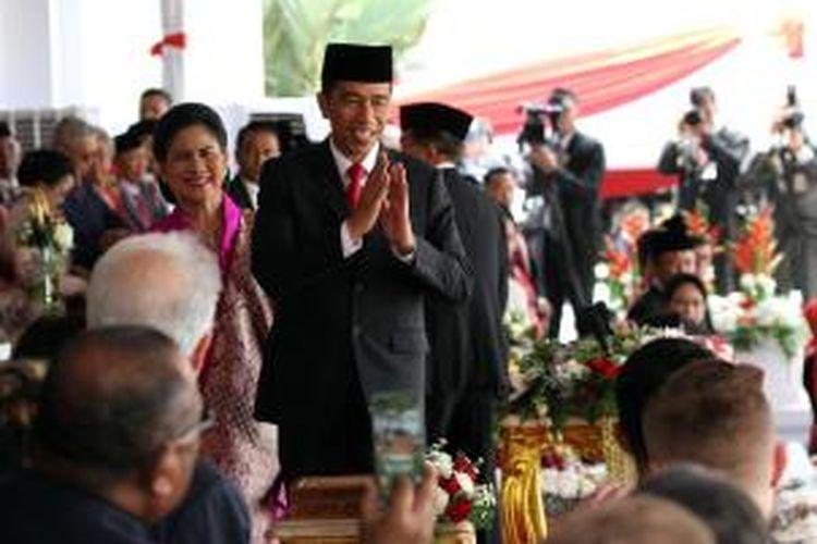 Presiden Joko Widodo memberi salam pada tamu negara usai memimpin Upacara Peringatan Detik-detik Proklamasi HUT ke-70 RI di Istana Merdeka, Senin (17/8/2015).