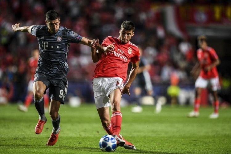 Ruben Dias (kanan) berebutan bola dengan Robert Lewandowski saat Benfica vs Bayern Muenchen dalam laga matchday 1 Liga Champions di Estadio da Luz, 19 September 2018.