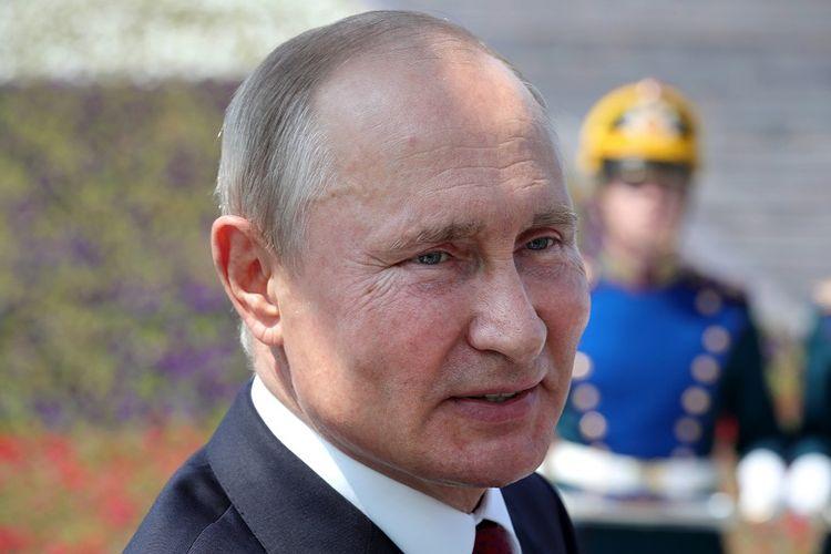 Presiden Rusia Vladimir Putin menghadiri upacara penyerahan medali Bintang Emas kepada para pahlawan pekerja, di tengah peringatan Hari Rusia di Moskwa, 12 Juni 2020.