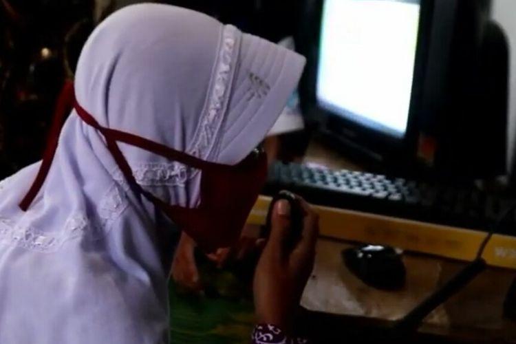 Seorang pelajar SDN 2 Margosari, Pagelaran Utara, Pringsewu berinteraksi dengan guru menggunakan walkie talkie. SDN 2 Margosari telah mengadakan pembelajaran daring tanpa kuota internet bagi siswa. (FOTO: Relawan TIK Lampung)