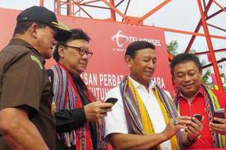 Menkopolhukam Wiranto (kedua dari kanan), Mendagri Tjahjo Kumolo (kedua dari kiri), didampingi oleh Direktur Utama Telkomsel Ririek Adriansyah di sela kegiatan Gerakan Pembangunan Terpadu Perbatasan (Gerbangdutas) 2016 di Kabupaten Alor, Nusa Tenggara Timur (NTT), Selasa (23/8/2016).