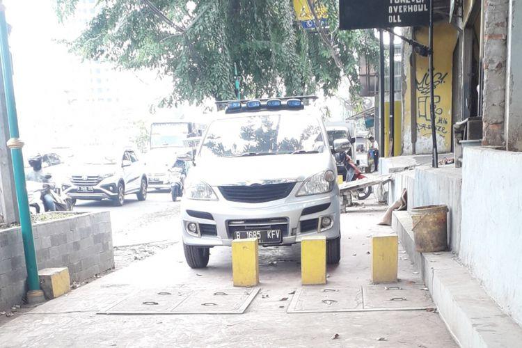 Trotoar di Kalimalang, Bekasi dijadikan sebagai tempat parkir mobil, Selasa (4/9/2018)
