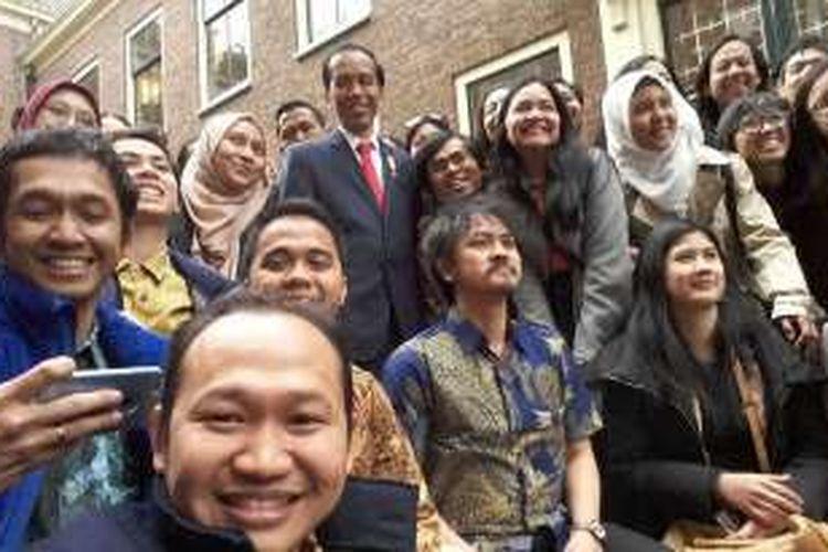 Presiden Jokowi foto bersama mahasiswa Indonesia di Belanda