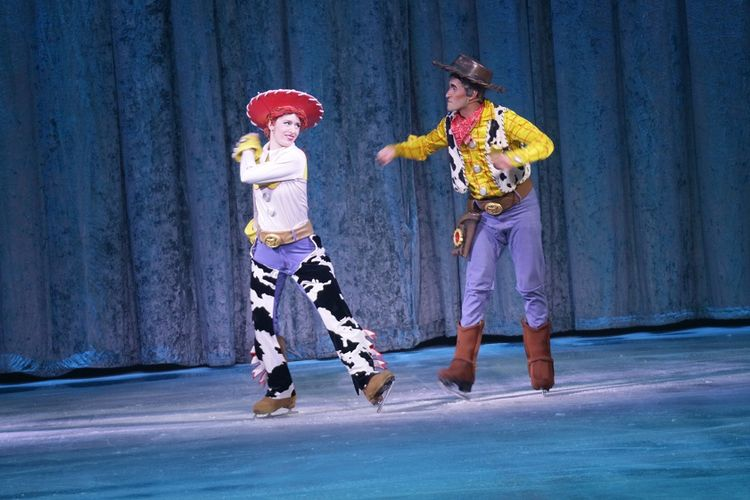 Dua tokoh kisah Toy Story, Jessie (kiri) dan Woody, menampilkan aksi menarik pada pertunjukan Disney on Ice: Celebrate Everyones Story di Singapore Indoor Stadium, Singapura, Rabu (14/3/2018)..
