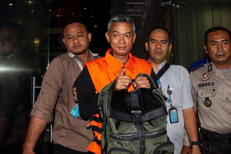 Komisioner KPU Wahyu Setiawan (kedua kiri) mengenakan rompi tahanan usai menjalani pemeriksaan di gedung KPK, Jakarta, Jumat (10/1/2020) dini hari. KPK menetapkan empat orang tersangka dalam Operasi Tangkap Tangan (OTT) pada Rabu (8/1/2020) yakni WSE Komisioner KPU, ATF mantan anggota Bawaslu serta HAR dan SAE dalam kasus dugaan penerimaan hadiah atau janji penetapan anggota DPR Terpilih 2019-2024 dengan barang bukti uang sekitar Rp 400 juta dalam bentuk mata uang dolar Singapura dan buku rekening.
