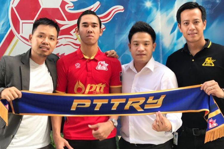 Ryuji Utomo (baju merah) secara resmi akan melanjutkan petualangannya untuk membela salah satu klub Thailand, PTT Rayong, pada kompetisi musim 2018.