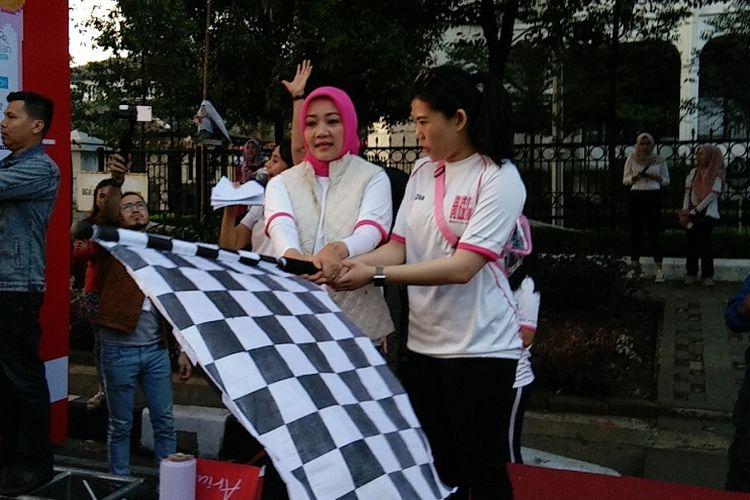 Istri Gubernur Jawa Barat Ridwan Kamil, Atalia Praratya bersama Co-Founder dan CMO Social Bella Indonesia, Chrisanti Indiana saat melakukan flag off dalam kegiatan BFF Run 2019 di Jalan Diponegoro, Minggu (25/8/2019).