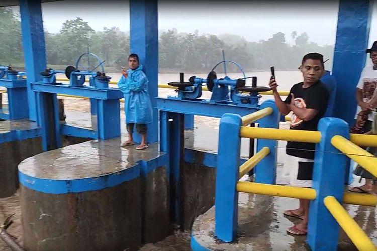 Sejumlah warga di Suwawa Tengah memantau ketinggian air di Bendungan Alale Kabupaten Bone Bolango. Di tempat ini aliran Sungai Bone dapat dipantau sebelum menuju Kota Gorontalo.