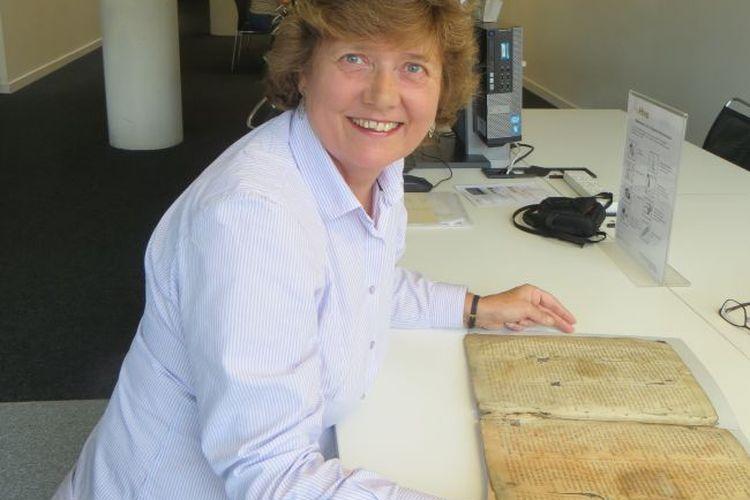 Marianne Ailes, ahli manuskrip dari University of Bristol dan potongan manuskrip La Roman de la Rose