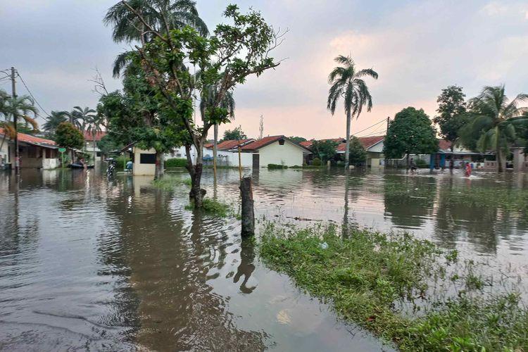 Banjir masih menggenangi Kompleks Polisi Udara, Pondok Cabe Ilir, Pamulang, Tangerang Selatan (Tangsel) pada Sabtu (12/6/2021)