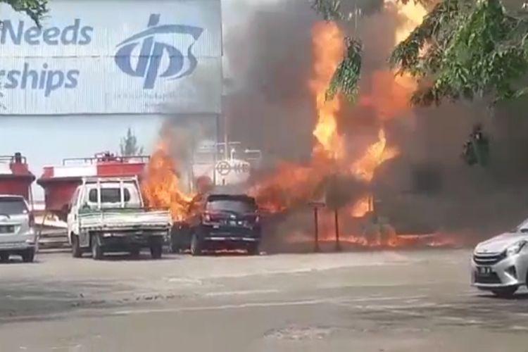 Sebuah truk bermuatan tangki LPG dengan pelat nomor L 9429 BJ yang terparkir di halaman Kantor PT Dok dan Perkapalan Surabaya, Jalan Perak 433, Kelurahan Perak Utara, Kecamatan Pabean Cantikan, Surabaya, hangus terbakar, Senin (30/8/2021).