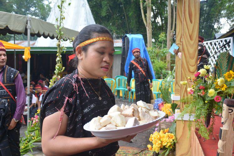 Seorang perempuan Langa, Kecamatan Bajawa, Kabupaten Ngada, Flores, NTT, Selasa (15/1/2019) sedang mengantar makanan tradisional uwi atau ubi kepada masyarakat yang ikut Ritual Reba.