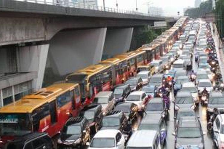 Antrean bus transjakarta terjadi di Slipi, tepatnya di sepanjang Jalan S Parman arah Tomang, Jumat (13/12/2013) pukul 17.30.