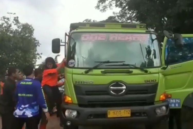 Bupati Lebak Iti Octavia Jayabaya marah-marah kepada sejumlah sopir truk